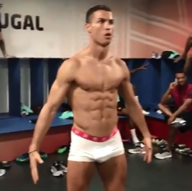 Ronaldo mặc độc mỗi quần lót, đứng bất động như tượng - Ảnh 2.