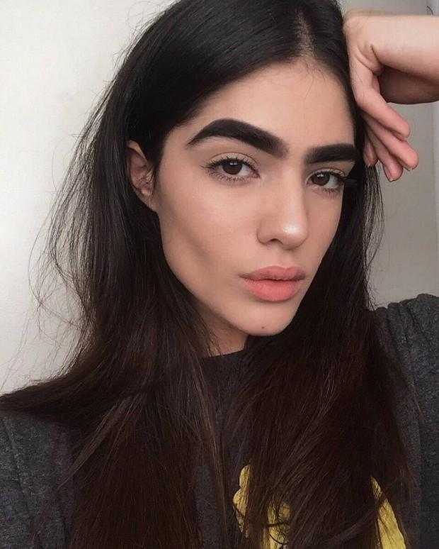 Sau bao năm tự ti vì lông mày sâu róm, người mẫu 17 tuổi ước: Giá như tôi biết trân trọng nó sớm hơn - Ảnh 2.