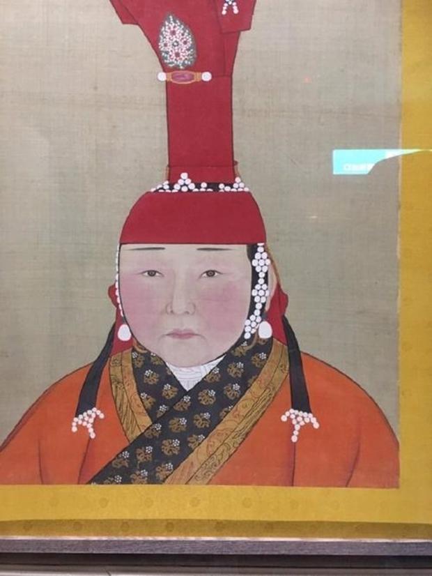 Cô gái bỗng nổi như cồn vì bắt gặp... chính mình trong bức tranh Hoàng hậu ở bảo tàng - Ảnh 1.