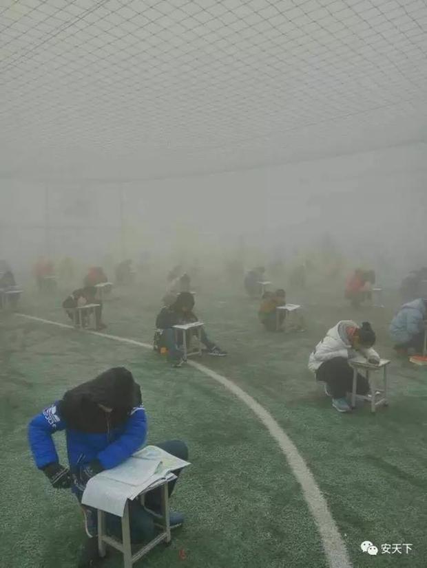 Trung Quốc: Ô nhiễm không khí tới nỗi học sinh ngồi thi ngoài sân trường khỏi cần giám thị - Ảnh 2.