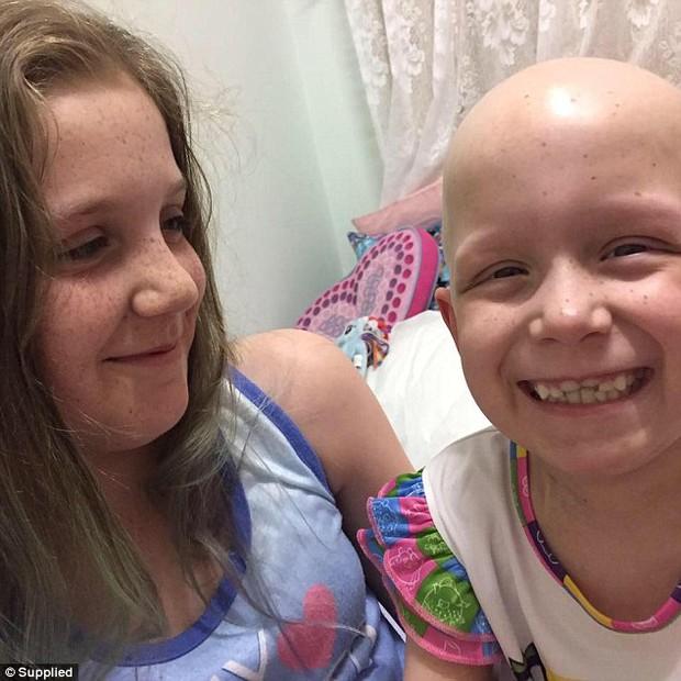 Phép màu đã đến với bé gái 7 tuổi bị ung thư trong bức ảnh sợi lông mi cuối cùng - Ảnh 2.