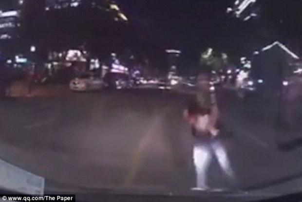 Cãi nhau với vợ, thanh niên trẻ ôm con lao vào đầu xe hơi - Ảnh 2.