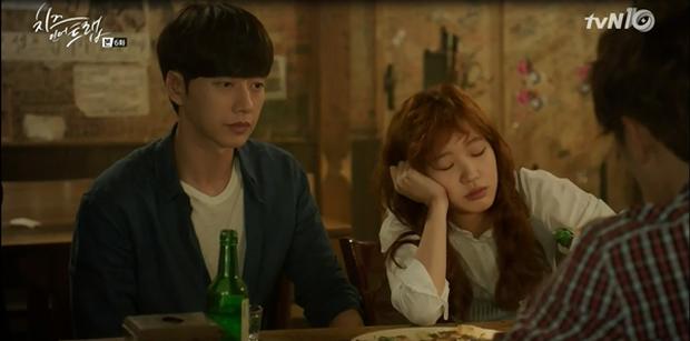 """""""Cheese In The Trap"""": Bấn loạn trước nụ hôn """"hụt"""" trên giường của Park Hae Jin - Ảnh 11."""