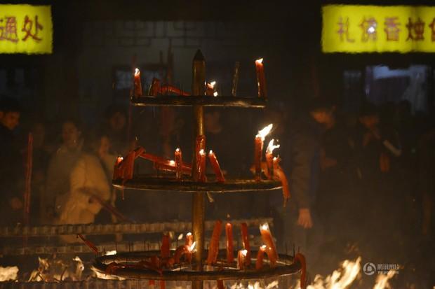 Người dân Trung Quốc chen chúc lên chùa cầu may dịp đầu năm mới - Ảnh 13.