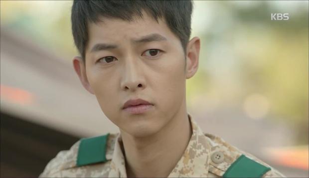 """""""Hậu Duệ Mặt Trời"""": Cặp đôi sóng gió Jin Goo - Kim Ji Won cuối cùng cũng được đoàn tụ! - Ảnh 14."""