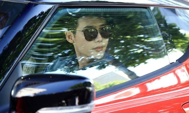 Lee Jong Suk siêu giàu, siêu ngầu - Han Hyo Joo hóa bác sĩ xinh tươi trong phim mới - Ảnh 11.