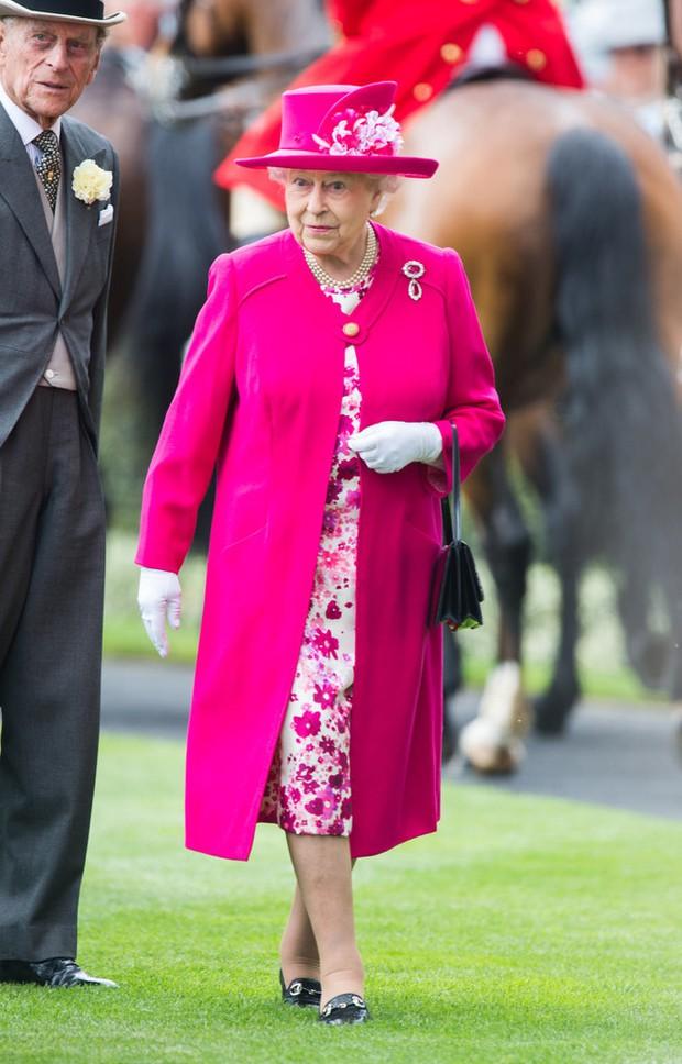 Lý do xúc động đằng sau phong cách thời trang chóe lọe của Nữ hoàng Anh - Ảnh 6.