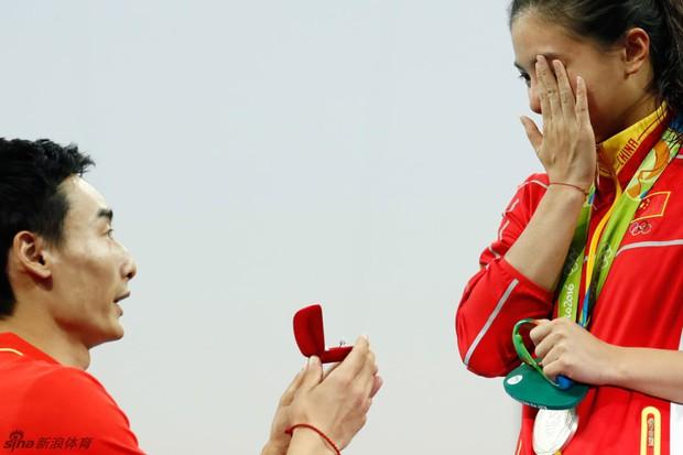 Nữ VĐV Trung Quốc xinh đẹp bật khóc khi được cầu hôn trên sàn đấu Olympic 2016 - Ảnh 10.