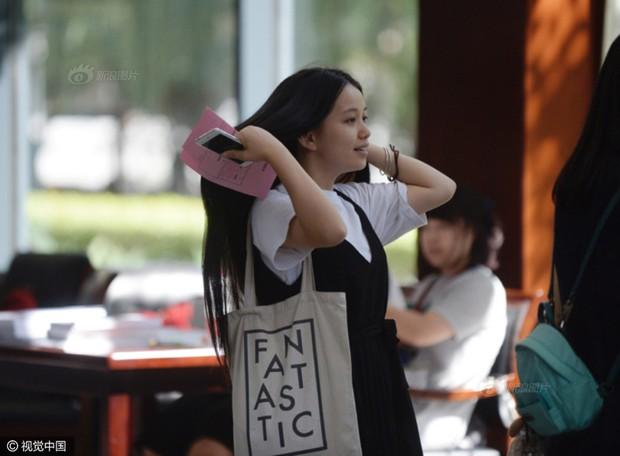 Những nữ sinh xinh đẹp trong ngày báo danh ở lò đào tạo minh tinh hàng đầu Trung Quốc - Ảnh 2.