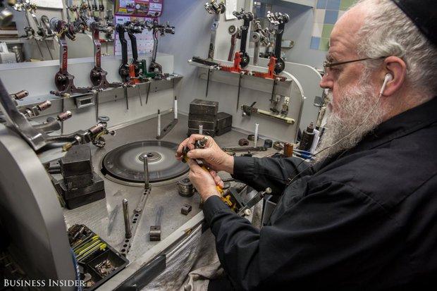 Đột nhập xưởng chế tác kim cương lớn nhất nước Mỹ, nơi mỗi chiếc nhẫn có giá lên tới 66 tỷ đồng - Ảnh 10.