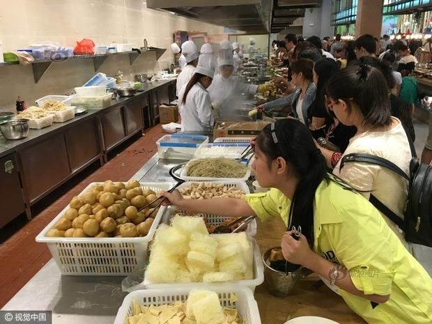 Phát hoảng với cảnh tượng người dân Trung Quốc chen lấn đi ăn buffet miễn phí - Ảnh 7.
