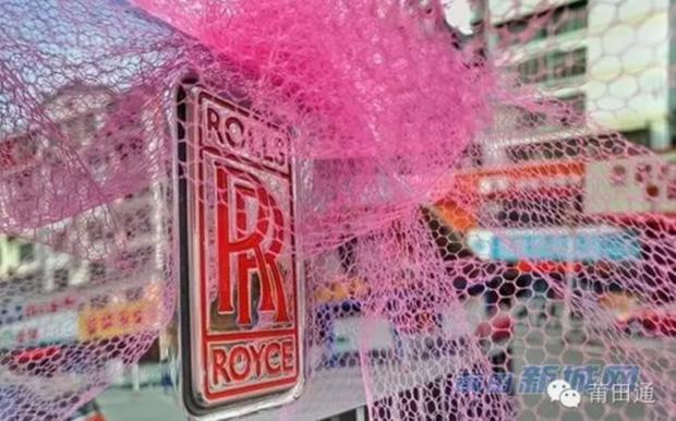 Đám cưới nhà giàu toàn Rolls-Royce siêu sang, cô dâu cổ đeo trĩu vàng - Ảnh 2.