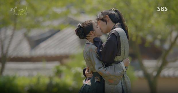 Đêm Giáng Sinh, cùng ngắm 10 nụ hôn của màn ảnh Hàn năm 2016 từng khiến bạn rung rinh - Ảnh 14.