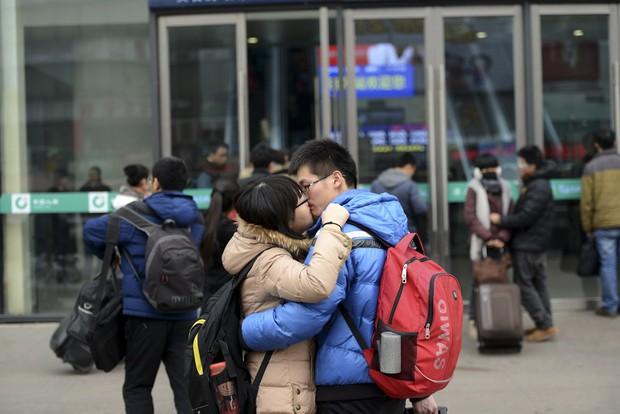 Những nụ hôn tạm biệt ở ga tàu Trung Quốc mùa về quê ăn Tết - Ảnh 10.