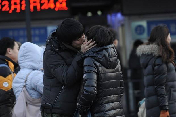 Những nụ hôn tạm biệt ở ga tàu Trung Quốc mùa về quê ăn Tết - Ảnh 12.