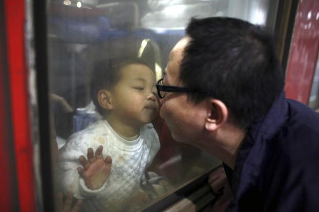 Những nụ hôn tạm biệt ở ga tàu Trung Quốc mùa về quê ăn Tết - Ảnh 5.