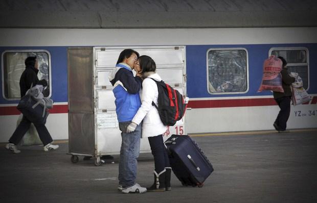 Những nụ hôn tạm biệt ở ga tàu Trung Quốc mùa về quê ăn Tết - Ảnh 13.