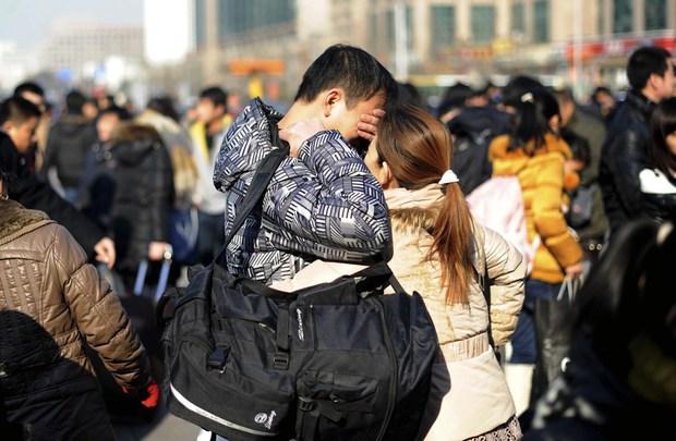 Những nụ hôn tạm biệt ở ga tàu Trung Quốc mùa về quê ăn Tết - Ảnh 14.
