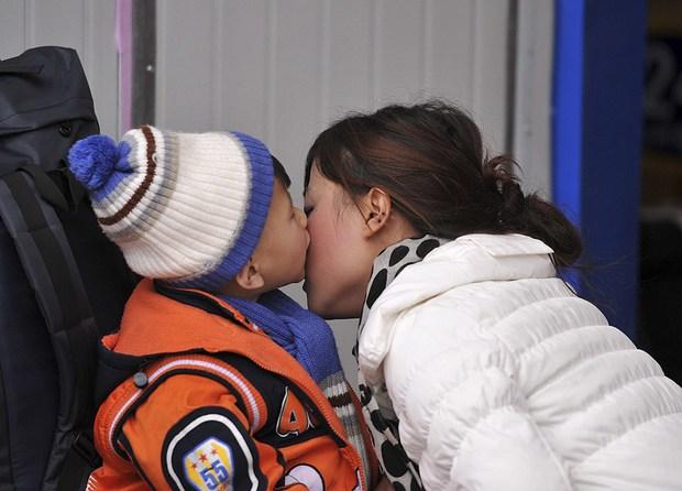 Những nụ hôn tạm biệt ở ga tàu Trung Quốc mùa về quê ăn Tết - Ảnh 6.
