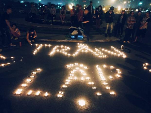 Bạn trẻ Hà Nội thắp nến giữa công viên, cùng hát nhạc Bức Tường để tưởng nhớ Trần Lập - Ảnh 1.