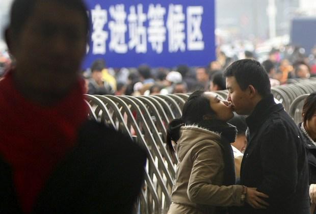 Những nụ hôn tạm biệt ở ga tàu Trung Quốc mùa về quê ăn Tết - Ảnh 16.