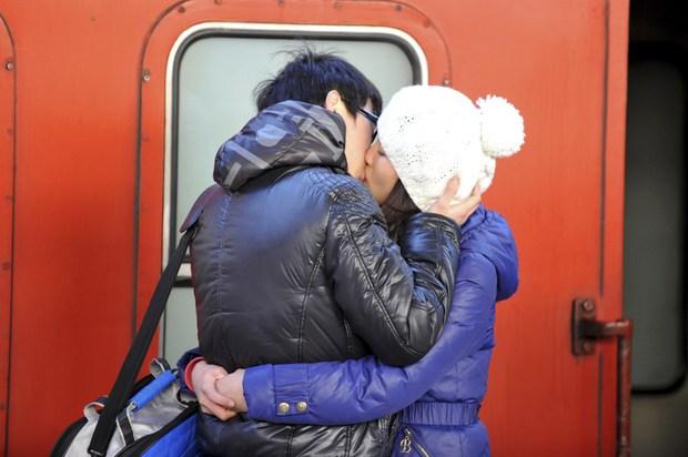 Những nụ hôn tạm biệt ở ga tàu Trung Quốc mùa về quê ăn Tết - Ảnh 15.