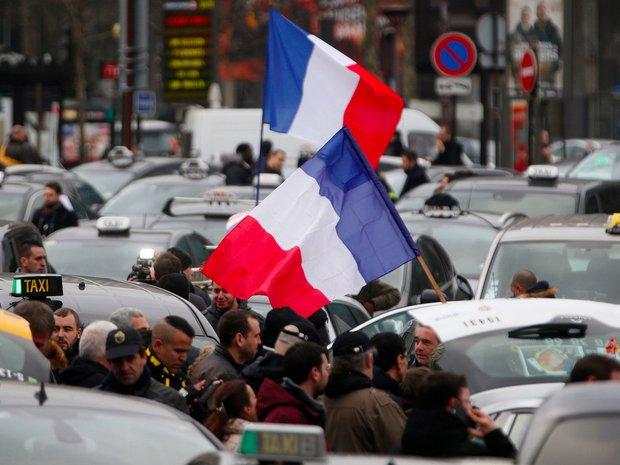 Tài xế taxi tổ chức bạo loạn khắp thủ đô Paris phản đối Uber - Ảnh 1.