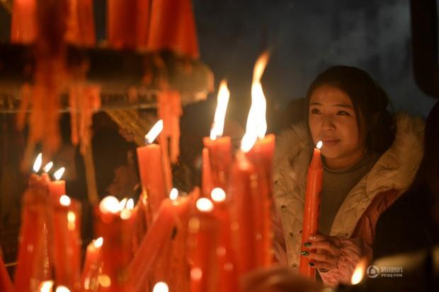 Người dân Trung Quốc chen chúc lên chùa cầu may dịp đầu năm mới - Ảnh 14.