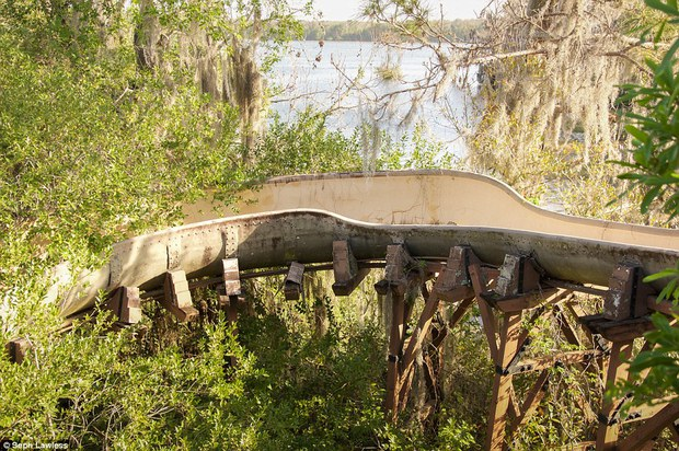 Hình ảnh ghê rợn bên trong công viên nước bỏ hoang 15 năm của Disney - Ảnh 11.