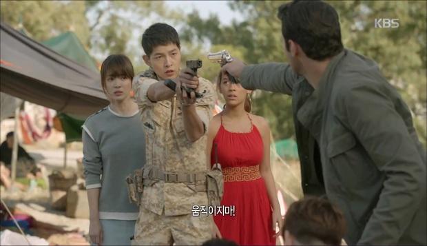 """""""Hậu Duệ Mặt Trời"""": Cặp đôi sóng gió Jin Goo - Kim Ji Won cuối cùng cũng được đoàn tụ! - Ảnh 15."""