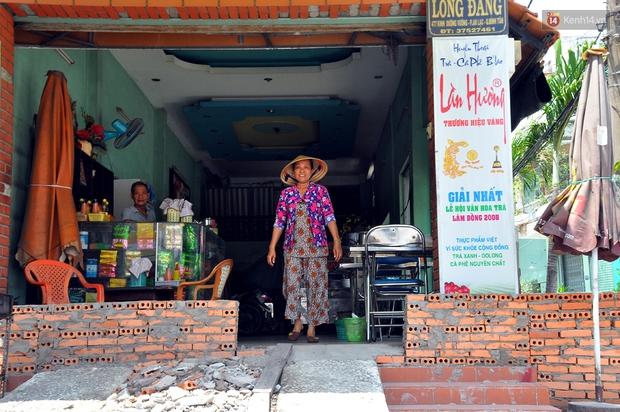 Chuyện lạ Sài Gòn: Mùa mưa về, rủ nhau xây thành lũy chắn trước nhà để... chống ngập - Ảnh 9.