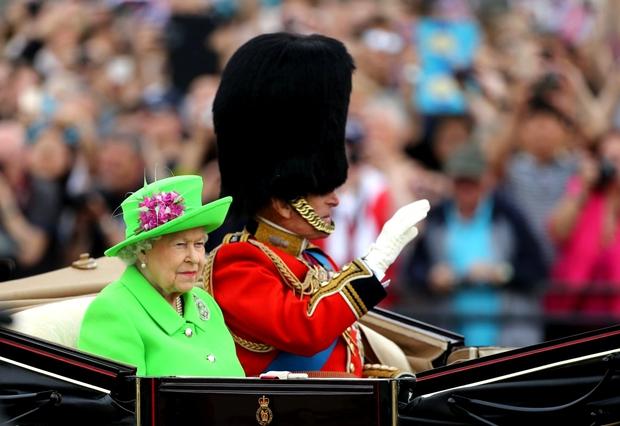 Lý do xúc động đằng sau phong cách thời trang chóe lọe của Nữ hoàng Anh - Ảnh 7.