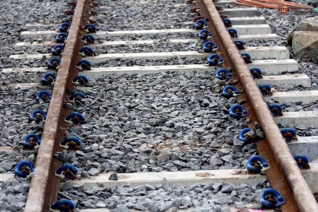 Cầu Ghềnh sắp nối nhịp đôi bờ, đường sắt Bắc Nam chuẩn bị thông tuyến - Ảnh 11.