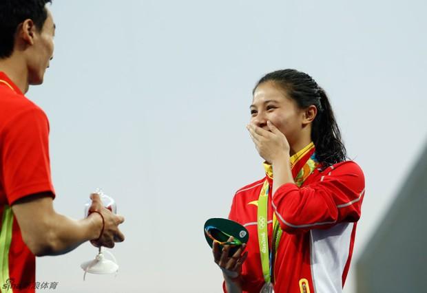 Nữ VĐV Trung Quốc xinh đẹp bật khóc khi được cầu hôn trên sàn đấu Olympic 2016 - Ảnh 11.