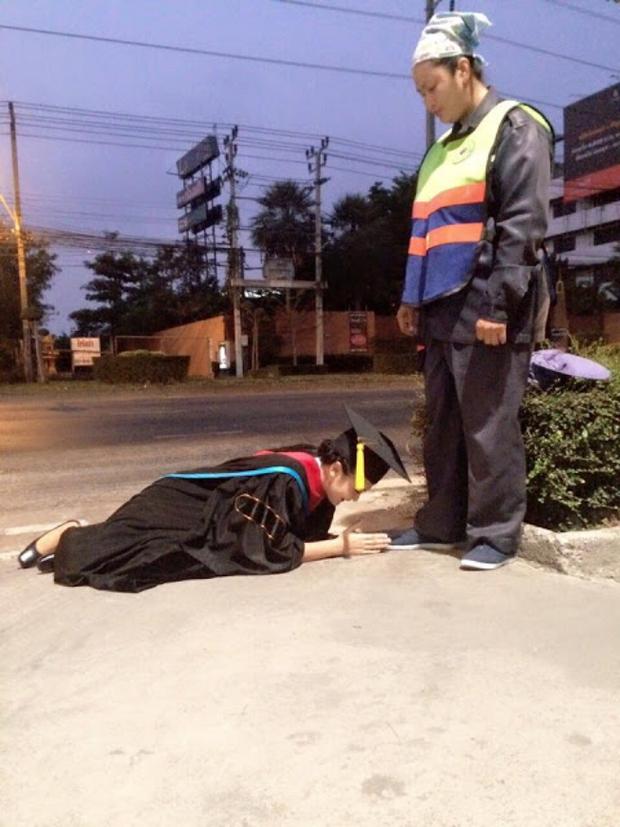 Hình ảnh phản cảm của hot girl Thái từng mặc đồ cử nhân quỳ lạy mẹ là công nhân vệ sinh - Ảnh 2.