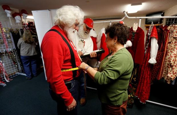 Bên trong trường đào tạo ông già Noel trước mùa Giáng sinh - Ảnh 21.