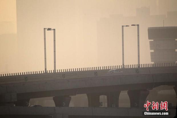 Trung Quốc: Ô nhiễm không khí tới nỗi học sinh ngồi thi ngoài sân trường khỏi cần giám thị - Ảnh 7.