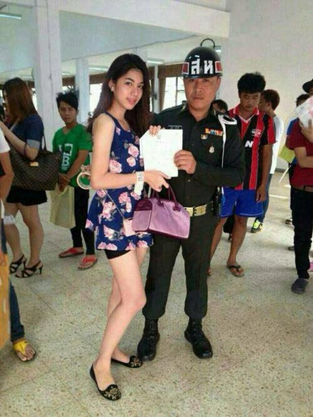 Những bóng hồng chuyển giới trong ngày xét tuyển nghĩa vụ quân sự tại Thái Lan - Ảnh 15.