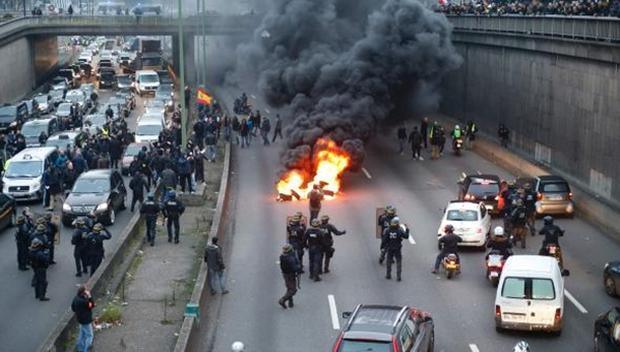 Tài xế taxi tổ chức bạo loạn khắp thủ đô Paris phản đối Uber - Ảnh 4.