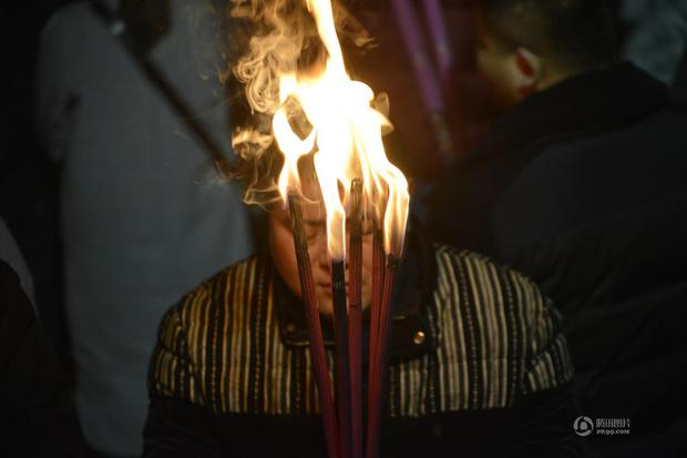 Người dân Trung Quốc chen chúc lên chùa cầu may dịp đầu năm mới - Ảnh 15.