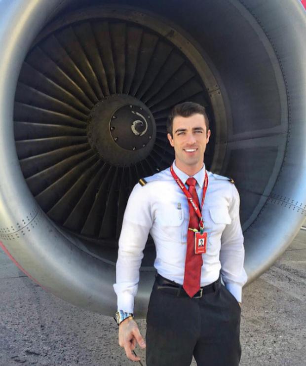 Anh chàng phi công siêu đẹp trai với body 6 múi đang làm dậy sóng Instagram  - Ảnh 2.