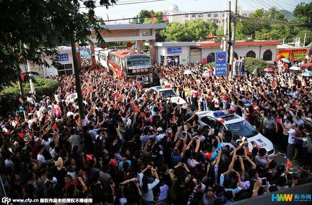 Hàng chục ngàn phụ huynh Trung Quốc tiễn con lên đường đi thi Đại học - Ảnh 13.