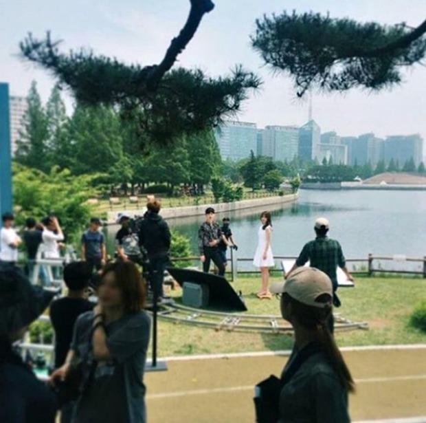 Lee Jong Suk siêu giàu, siêu ngầu - Han Hyo Joo hóa bác sĩ xinh tươi trong phim mới - Ảnh 13.