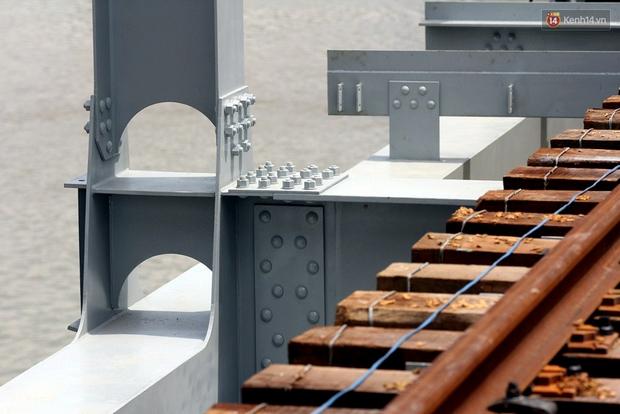 Cầu Ghềnh sắp nối nhịp đôi bờ, đường sắt Bắc Nam chuẩn bị thông tuyến - Ảnh 12.