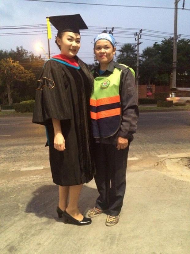 Hình ảnh phản cảm của hot girl Thái từng mặc đồ cử nhân quỳ lạy mẹ là công nhân vệ sinh - Ảnh 1.