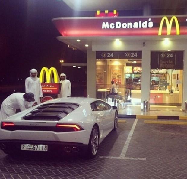 Hãy xem cách mà hội con nhà giàu Dubai nhảy múa trên đống tiền - Ảnh 4.