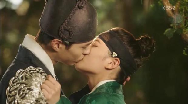 Đêm Giáng Sinh, cùng ngắm 10 nụ hôn của màn ảnh Hàn năm 2016 từng khiến bạn rung rinh - Ảnh 17.