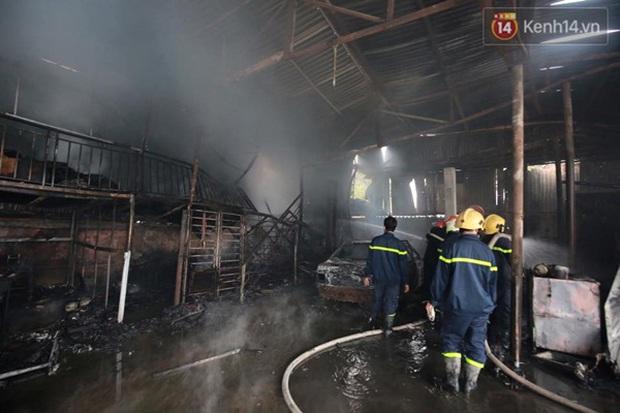 Hà Nội: Cháy gara ô tô tại Văn Quán, 1 xe ô tô cháy rụi - Ảnh 5.
