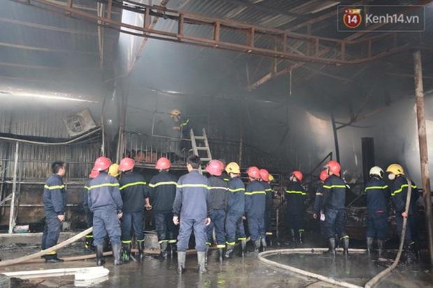 Hà Nội: Cháy gara ô tô tại Văn Quán, 1 xe ô tô cháy rụi - Ảnh 6.