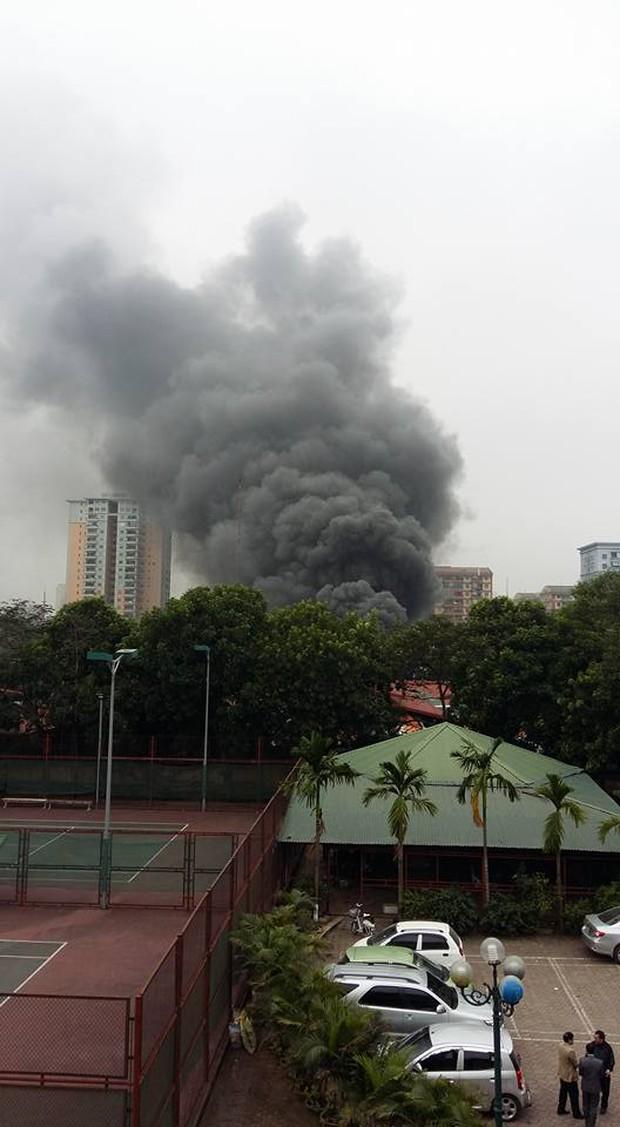Hà Nội: Cháy gara ô tô tại Văn Quán, 1 xe ô tô cháy rụi - Ảnh 3.